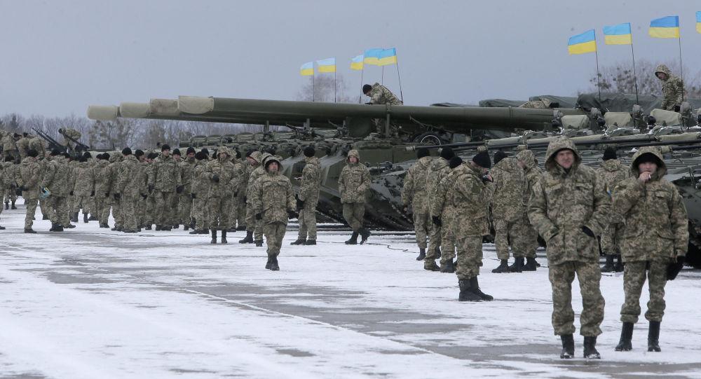 Ukraińscy żołnierze stoją w pobliżu pojazdów opancerzonych