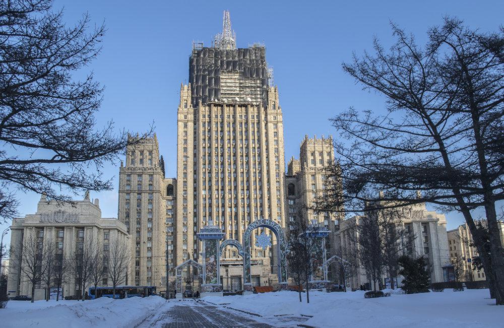 Budynek Ministerstwa Spraw Zagranicznych pojawił się jeszcze za życia Stalina. Pierwotnie zakładano, że główna wieża będzie miała płaskie zakończenie. Spiczasty czubek pojawił się na dachu na rozkaz samego Stalina, kiedy cała budowa już zbliżała się ku końcowi. W związku z tym, że projekt nie przewidywał iglicy i gmach mógł nie wytrzymać jej ciężaru, została ona skonstruowana nie z cegły, lecz z lekkiego metalu. Oprócz tego to jedyna iglica nieposiadająca gwiazdy. Obecnie iglicę zamieniają na nową.