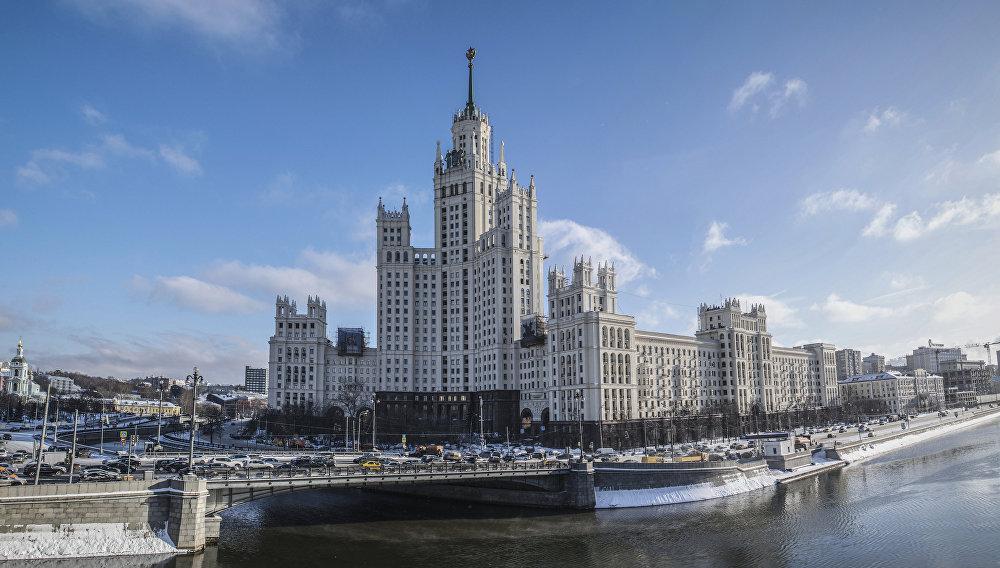 """Dom mieszkalny na Promenadzie Kotelniczeskiej został zbudowany w miejscu spływu dwóch rzek - Moskwy i Jauzy. Architekt wykorzystał jako jego """"podstawę"""" 9-piętrowy budynek, który zbudował jeszcze przed wojną. Ten już istniejący budynek stał się prawym skrzydłem wieżowca."""