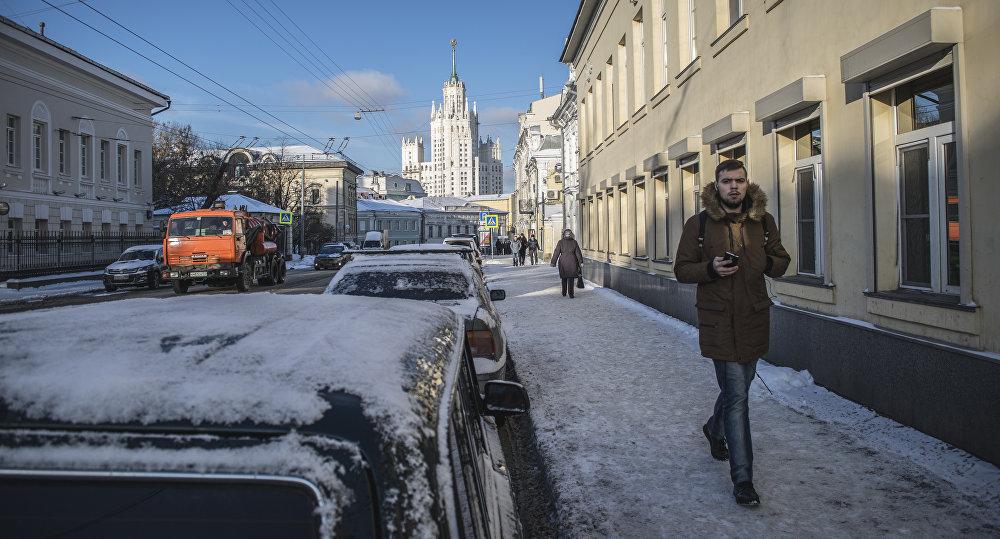 """Większość budowniczych stanowili więźniowie. Mówią, że w niektórych mieszkaniach na ścianach były napisy wydrapane gwoździem """"budowali zekowie. (Zek to słowo oznaczające więźnia w czasach ZSRR. Jest skrótem od rosyjskiego wyrazu więzień: zakluczonnyj)."""