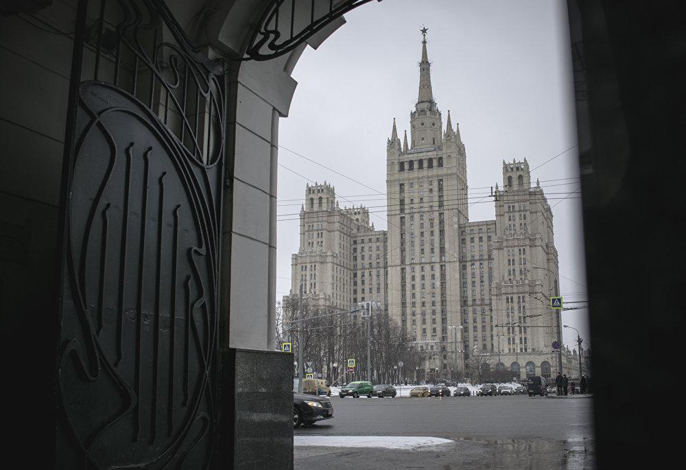 """Dom na Placu Kudrinskim jest drugim z wieżowców stalinowskich pełniących rolę budynku mieszkalnego. Został zbudowany w latach 1948–1954. Dom ma 24 piętra, z których 18 jest zajętych przez mieszkania. Wieżowiec dostał nazwę """"Dom awiatorów przez to, że mieszkania w nim przydzielano pracownikom przemysłu lotniczego."""
