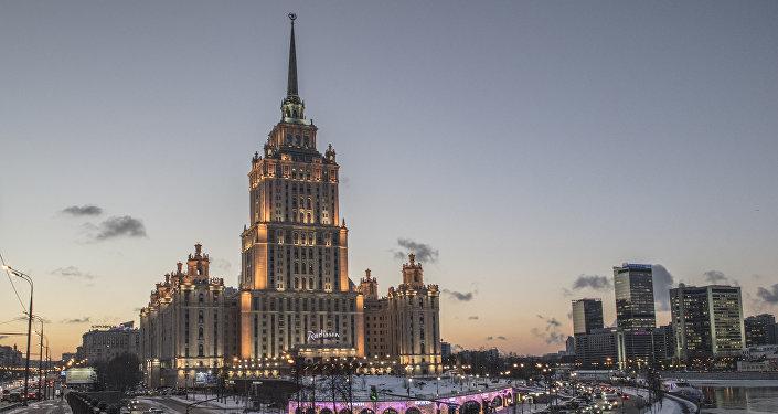 Hotel Ukraina powstawał w latach 1953-1957 i otrzymał swoją nazwę na cześć kraju urodzenia sekretarza generalnego Nikity Chruszczowa. Przed 1976 rokiem wieżowiec był najwyższym hotelem na świecie.