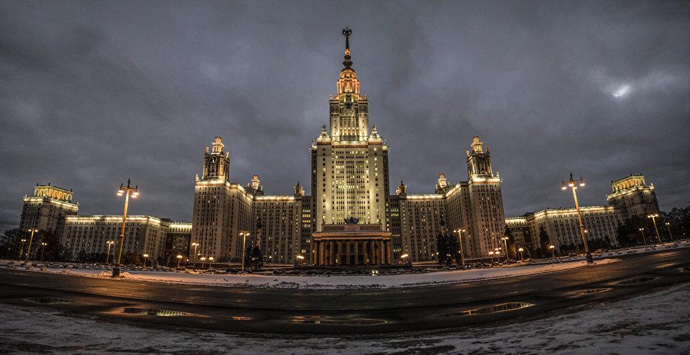 Zegar na jednej z bocznych wież głównego budynku MGU jest największy w Moskwie. Tarcza zegara ma średnicę 9 metrów. Długość strzałki minutowej to4,1 metra, czyli jest ona dwa razy dłuższa niż Kremlowskie Kuranty.