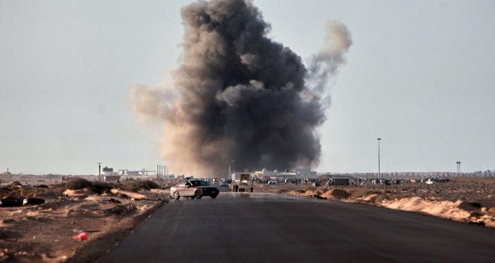 Wybuch rakiety wystrzelonej przez myśliwiec w Ras-Lanuf