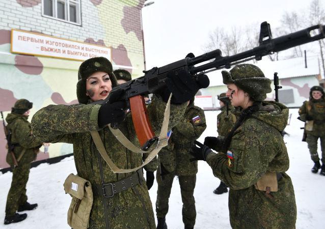 Uczestniczki podczas konkursu piękności i umiejętności zawodowych Makijaż wojskowy wśród kobiet pełniących służbę w Wojskach Rakietowych Przeznaczenia Strategicznego w obwodzie jarosławskim.