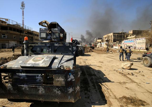 Wojskowe pojazdy opancerzone irackiej policji federalnej podczas walki z terrorystami PI w Mosulu