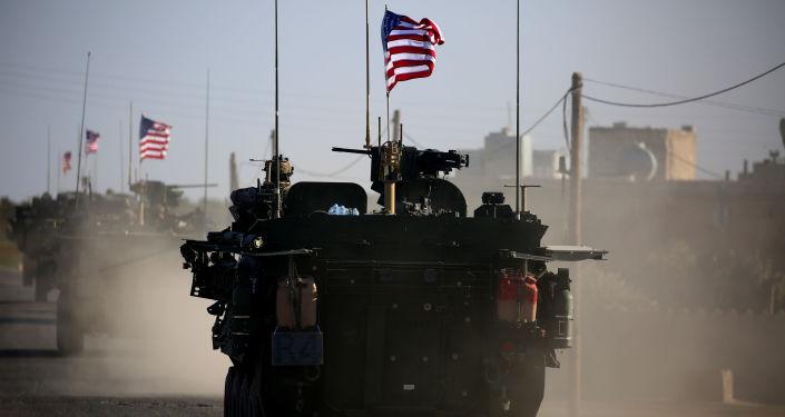 Amerykański konwój wojskowy na przedmieściach syryjskiego miasta Manbidż