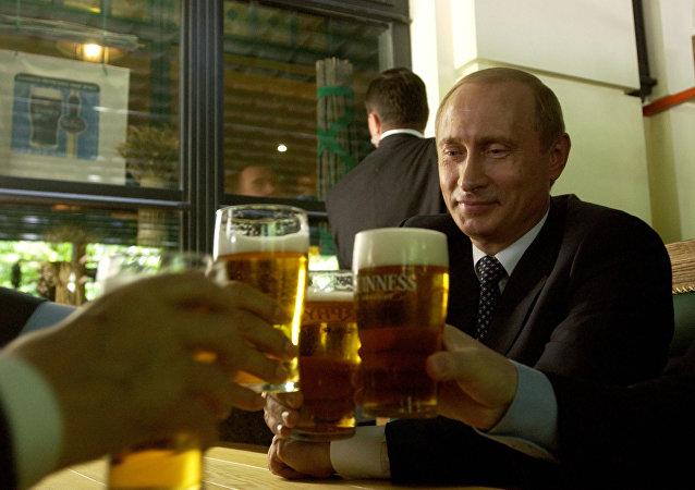 Putin w knajpie pije piwo