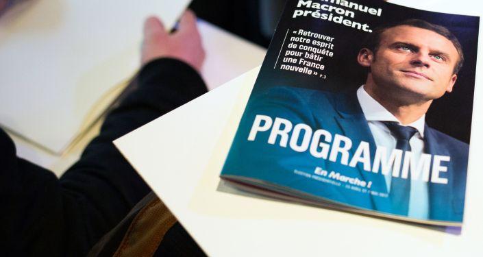 "Broszura z programem wyborczym kandydata na prezydenta Francji, lider ruchu ""En Marche"" Emmanuela Macrona"