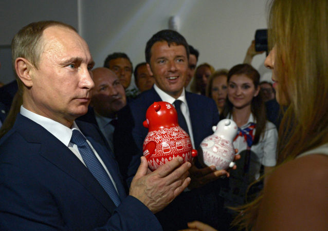 """Prezydent Rosji Władimir Putin i premier Włoch Matteo Renzi podczas oglądania rosyjskiego pawilonu na wystawie """"EXPO 2015"""" w Mediolanie, 10 czerwca 2015."""