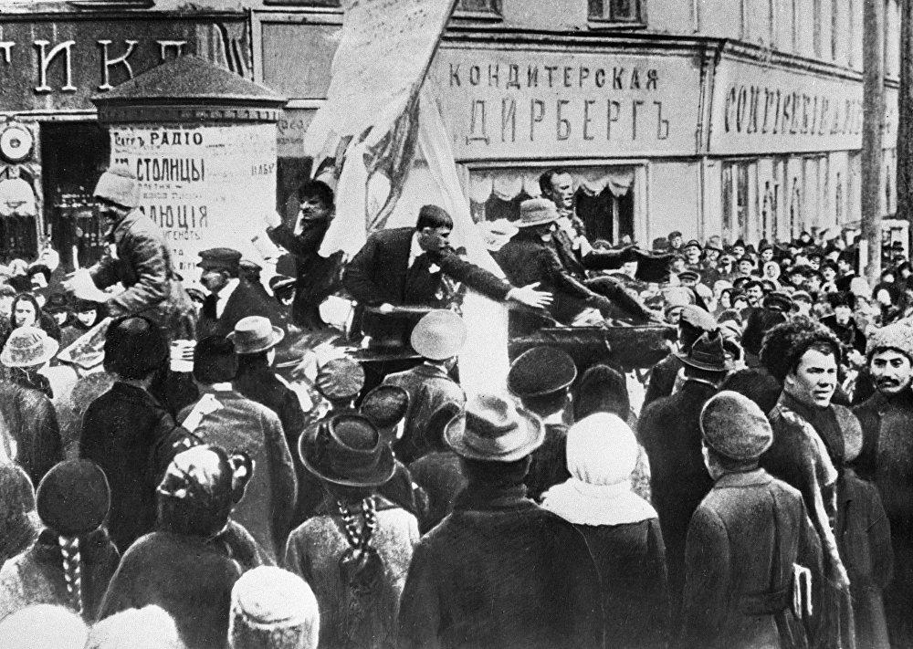 Małoruś, a szczególnie jej ośrodki przemysłowe – była nie mniej rewolucyjnie nastawiona niż Rosja centralna (demonstracja na placu w Charkowie).
