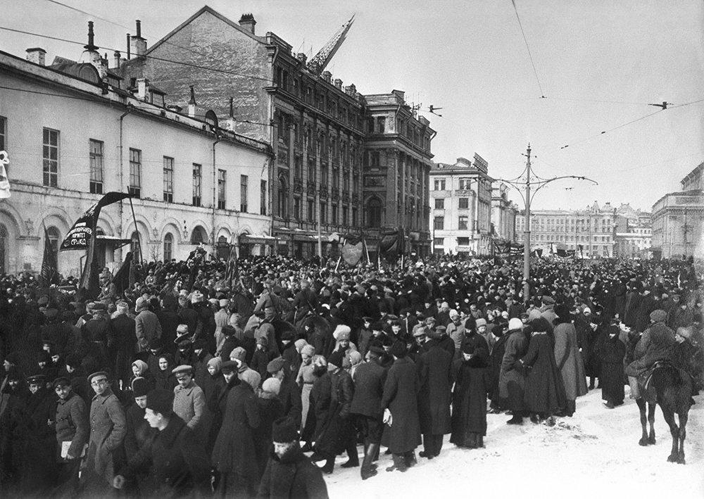 Demonstracja na Przejeździe Teatralnym w Moskwie. 1917 rok.