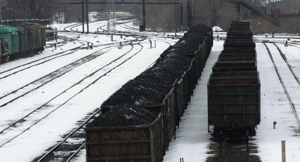 Wagony załadowane węglem na stacji kolejowej w Doniecku