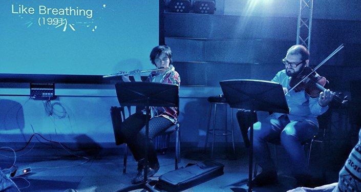 Muzycy wykonują jeden ze wcześniejszych utworów kompozytora na żywo