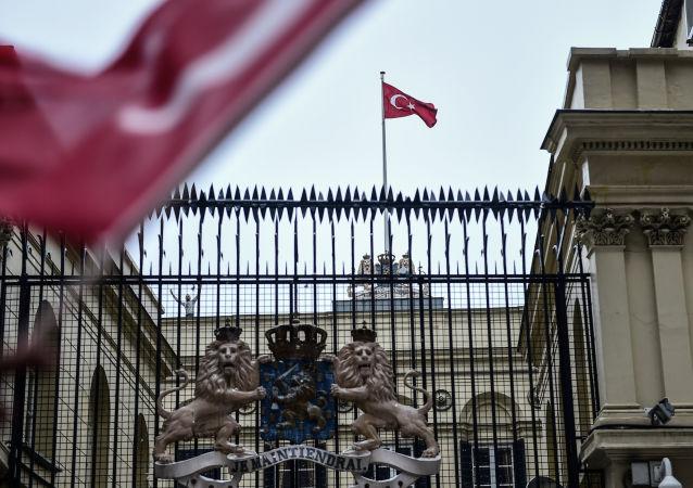 Flaga Turcji na budynku konsulatu Holandii w Stambule