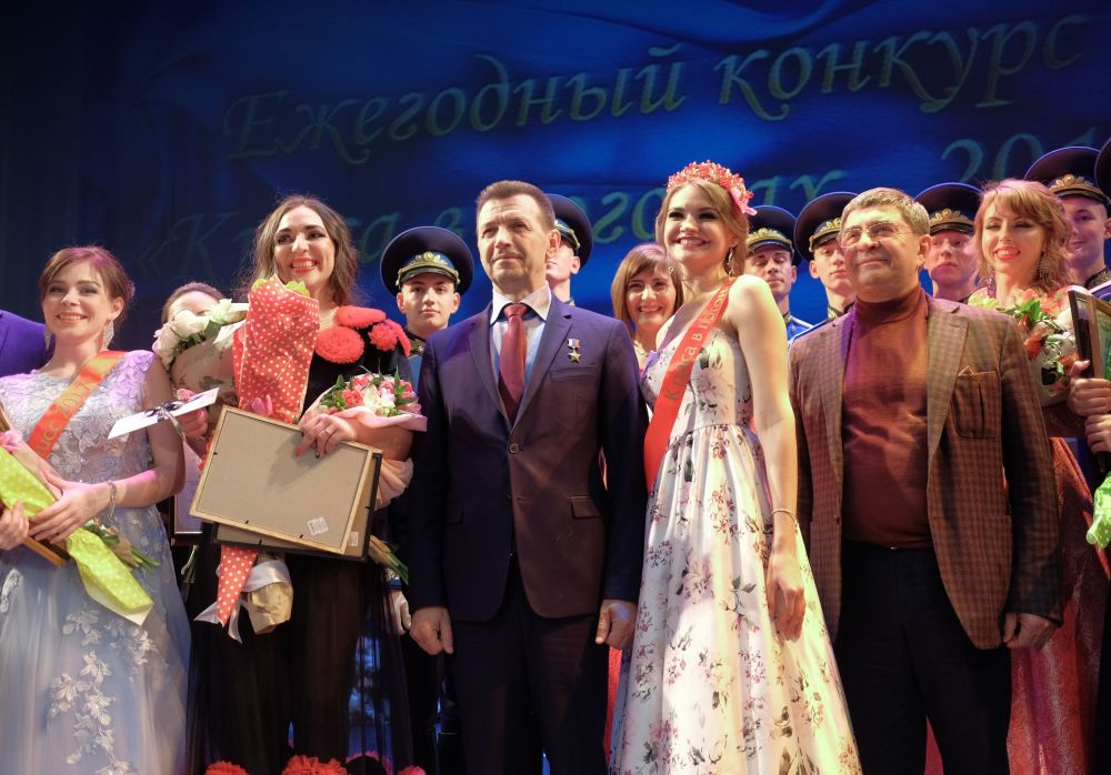 Bohater Federacji Rosyjskiej Jewgienij Szendrik i zwyciężczyni konkursu Piękność w pagonach Jekatierina Mazur podczas wspólnego robienia zdjęć.