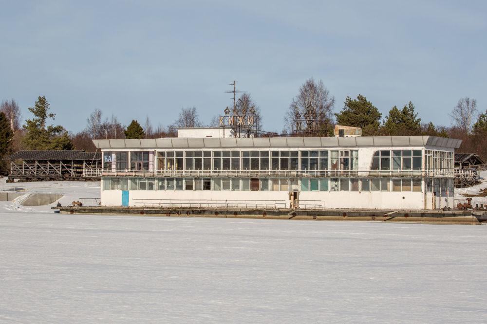Była pływająca restauracja na jeziorze Onega.