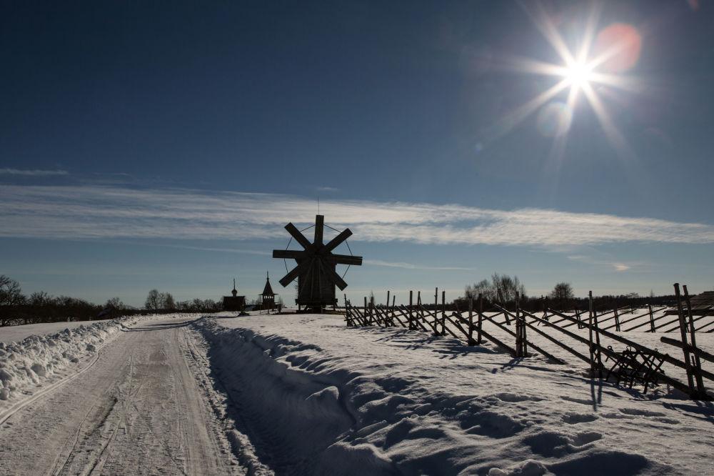 Wiatrak ze wsi Wołkostrow na terenie muzeum-rezerwatu Kiży.