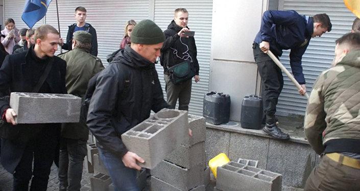 Radykałowie zablokowali w Kijowie wejścia do córki Sbierbanku