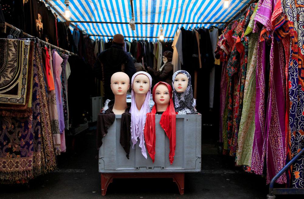 Hidżaby w sprzedaży na targowisku w Londynie