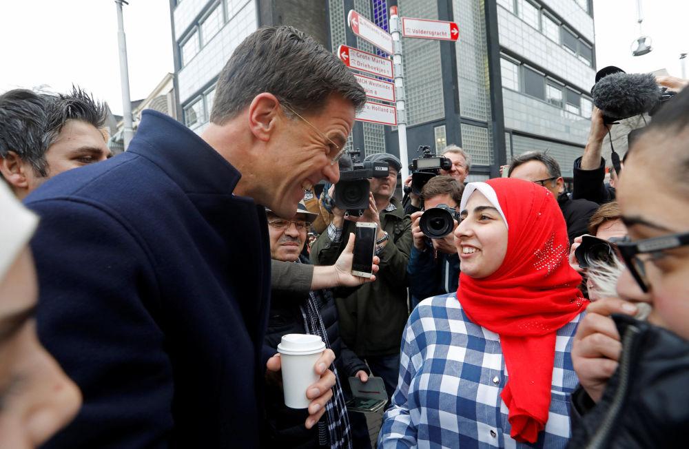 Premier Holandii Mark Rutte rozmawia z wyborcami w Hadze.
