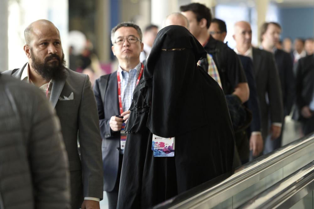 Muzułmanka w nikabie na ruchomym chodniku w Brukseli.