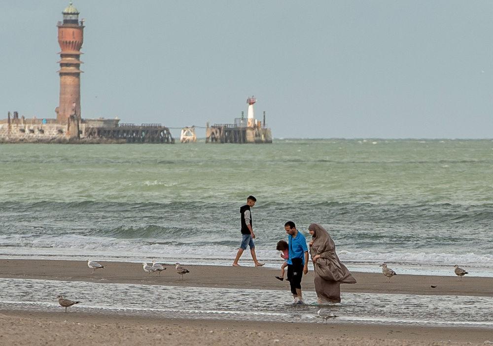 Kobieta w hidżabie na plaży we Francji.