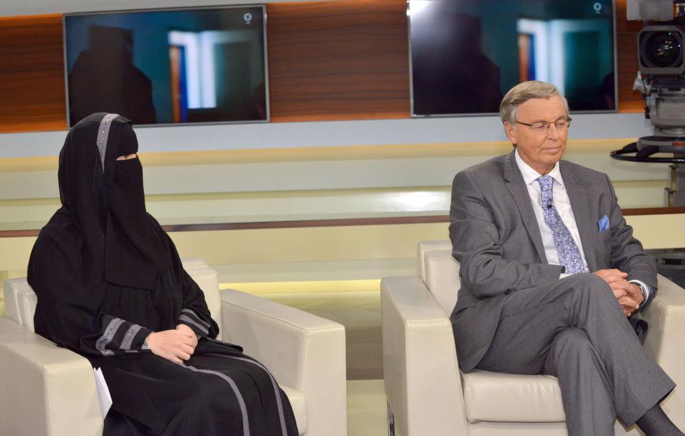 Kobieta reprezentująca grupę Islamic Central Committee of Switzerland i polityk Wolfgang Bosbach biorą udział w programie telewizyjnym w Niemczech.