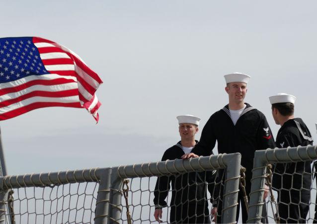 Marynarze fregaty marynarki wojennej Stanów Zjednoczonych John L.Hall