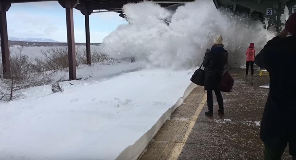 W stanie Nowy Jork pociąg wjeżdżający na tor zasypał śniegiem ludzi czekających na peronie.