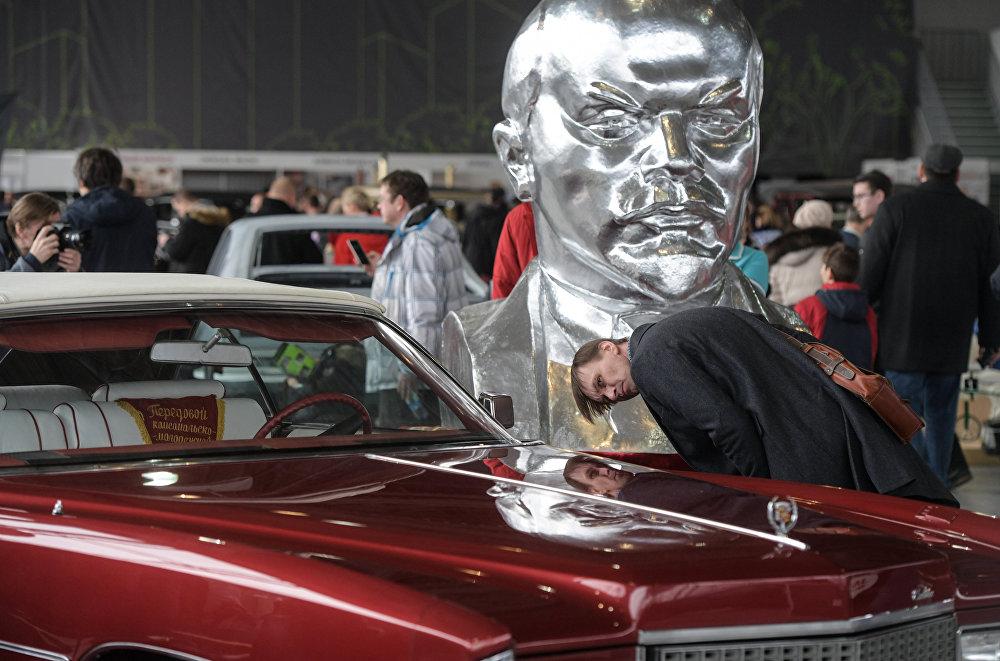 Oprócz samochodów przedrewolucyjnych, na wystawie zaprezentowano także amerykańską, europejską i radziecką klasykę samochodową lat 1960-ych i 70-ych. Na fotografii: Cadillac Eldorado.
