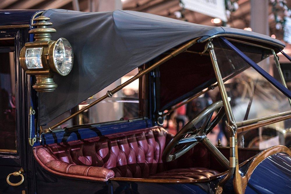 Samochód Delaunay-Belleville 40HP (1909 rok). Marka Delaunay-Belleville została wybrana przez rodzinę carską jako oficjalny samochód dworu. To typowy dla tego okresu samochód luksusowy, który cenili także amerykański prezydent Theodor Roosevelt, prezydent Francji Poincaré, król Danii Fryderyk VIII, grecki król Georg I, brytyjski król Edward VII czy austriacki książę Franciszek-Ferdynand. Rosyjska rodzina carska była kluczowym klientem kompanii, dlatego po rewolucji 1917 roku epoka rozkwitu Delaunay-Belleville zakończyła się.