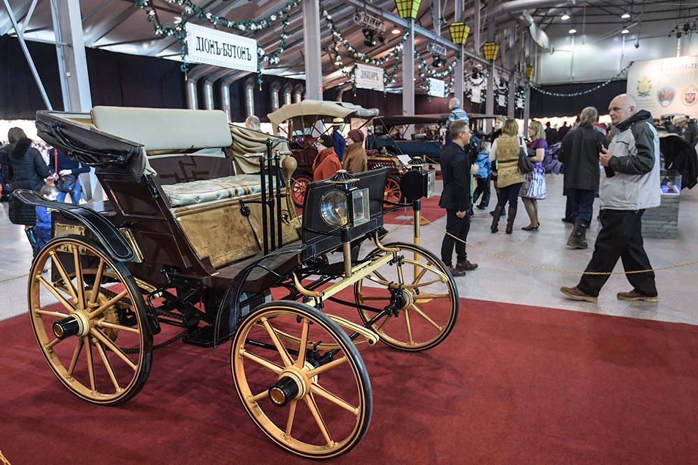"""Samochód Freze i Jakowlewa to pierwszy seryjny samochód zaprezentowany publiczności w  1896 roku. Samochód Jakowlewa i Freze niestety nie przetrwał do naszych czasów. Jednak konserwatorzy z pisma """"Autorevue"""" stworzyli wspaniałą replikę tego samochodu."""