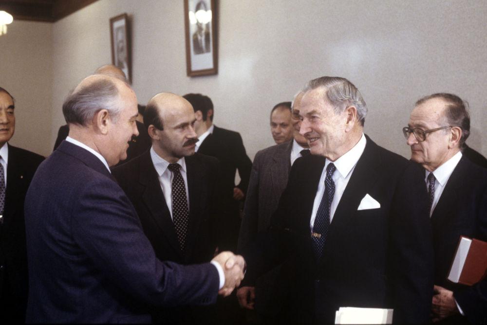 Sześć lat później już na stanowisku wiceprezesa połączył Chase National z Bankiem Manhattanu, w czego wyniku powstał jeden z największych amerykańskich banków Chase Manhattan. Na zdjęciu: spotkanie Rockefellera z sekretarzem generalnym KC KPZR Michaiłem Gorbaczowem, 18 stycznia 1989 roku.