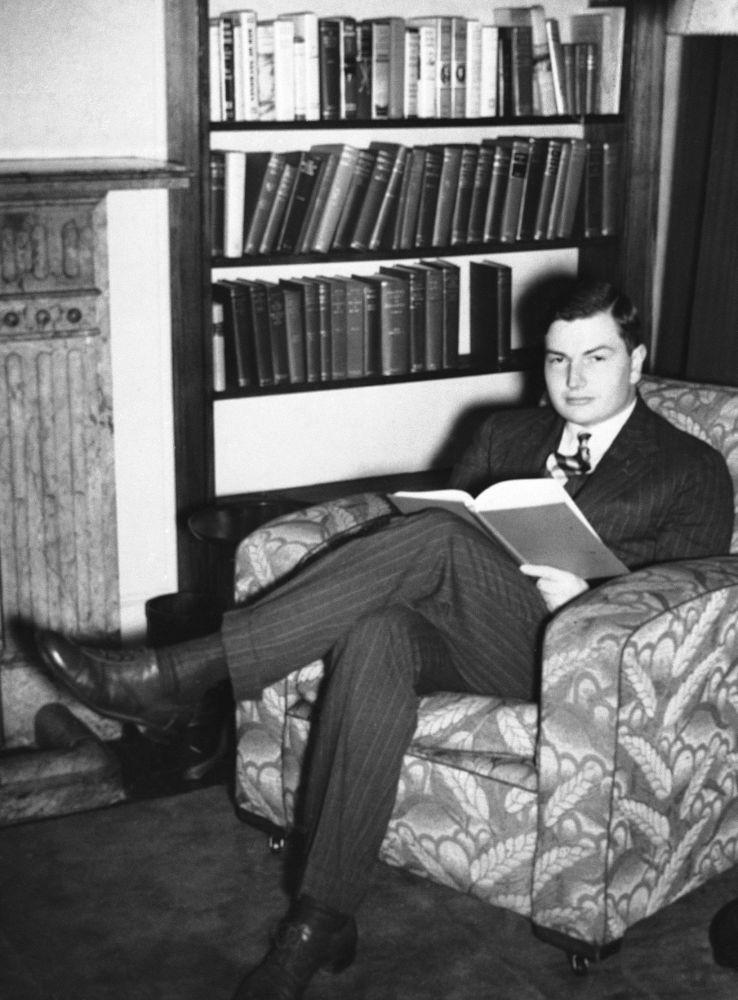 W 1936 roku z wyróżnieniem ukończył studia na Uniwersytecie Harvarda w zakresie angielskiej historii i literatury, a później otrzymał edukację ekonomiczną.