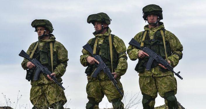 Żolnierze rosyjskich sił zbrojnych na ćwiczeniach dowódczo-sztabowych wojsk powietrznodesantowych na poligonie Opuk na Krymie