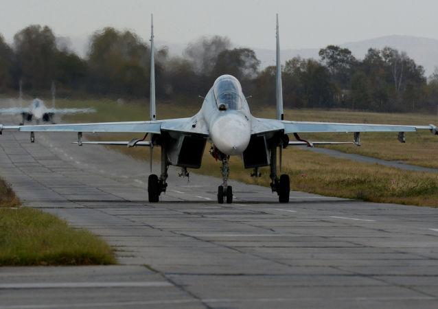 Myśliwiec Su-35 w czasie ćwiczeń na lotnisku wojskowym w Kraju Nadmorskim