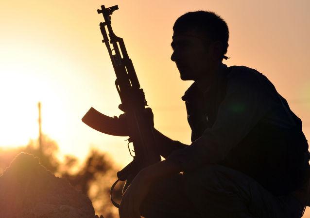 Bojownik z kurdyjsko-arabskiego sojuszu w okolicach Rakki