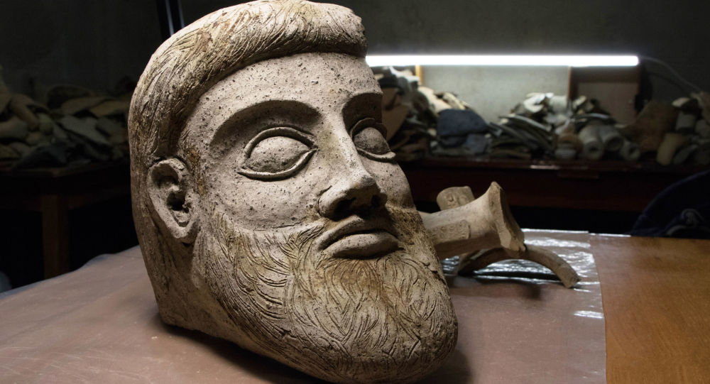 Fragment rzeźby z terakoty znaleziony w czasie prac wykopaliskowych w Cieśninie Kerczeńskiej, niedaleko przylądka Ak-Burun