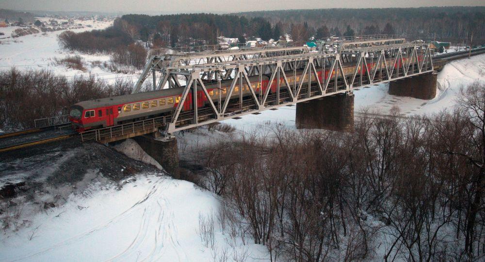 Pociąg podąża jednym z odgałęzień Kolei Transsyberyjskiej w pobliżu Nowosybirska
