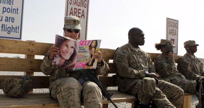 Amerykańscy żołnierze czekają na helikopter