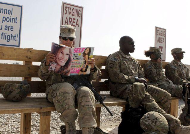 Amerykańscy żołnierze czekają na helikopter, który przetransportuje ich do jednej z baz wojskowych w Kandaharze na południu Afganistanu