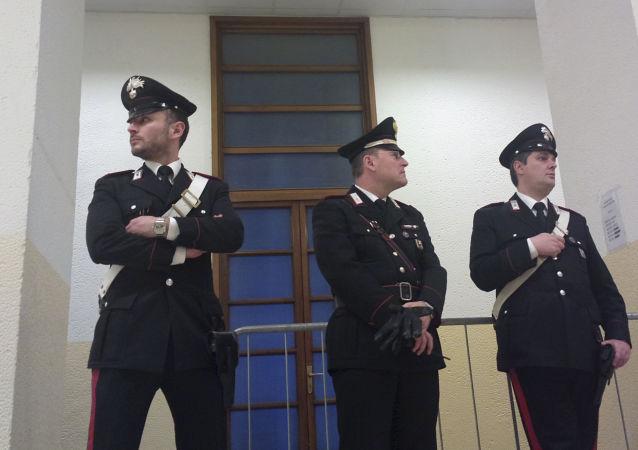 Włoscy karabinierzy w budynku sądu w Mediolanie