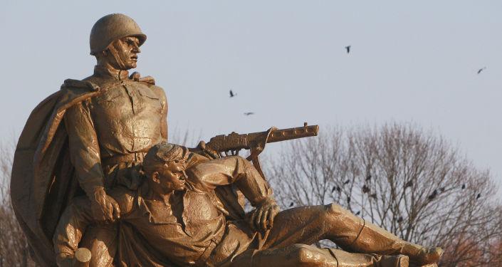 Rzeźba na Cmentarzu Żołnierzy Radzieckich w Warszawie