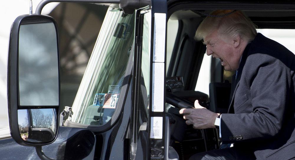 Donald Trump za kierownicą ciężarówki