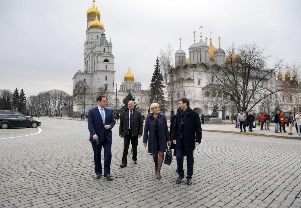 Liderka Frontu Narodowego i kandydatka na prezydenta Francji Marine Le Pen na terenie Kremla przed spotkaniem z prezydentem Rosji Władimirem Putinem.