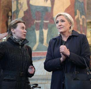 Liderka Frontu Narodowego i kandydatka na prezydenta Francji Marine Le Pen zwiedza świątynię na terenie Kremla przed spotkaniem z prezydentem Rosji Władimirem Putinem.