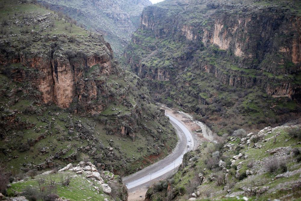 Droga do wodospadu w górach na północy miasta Erbil