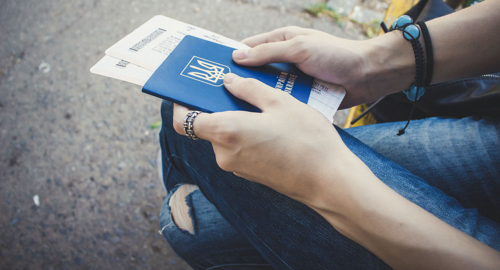 Dziewczynka z ukraińskim paszportem i biletami w ręku