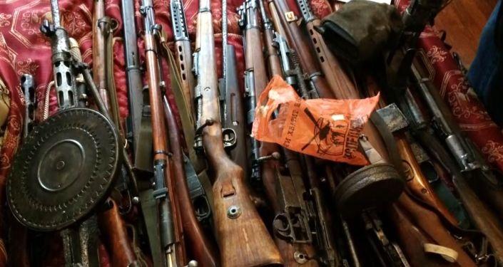 Broń i amunicja znalezione podczas przeszukiwań u członków grupy przestępczej